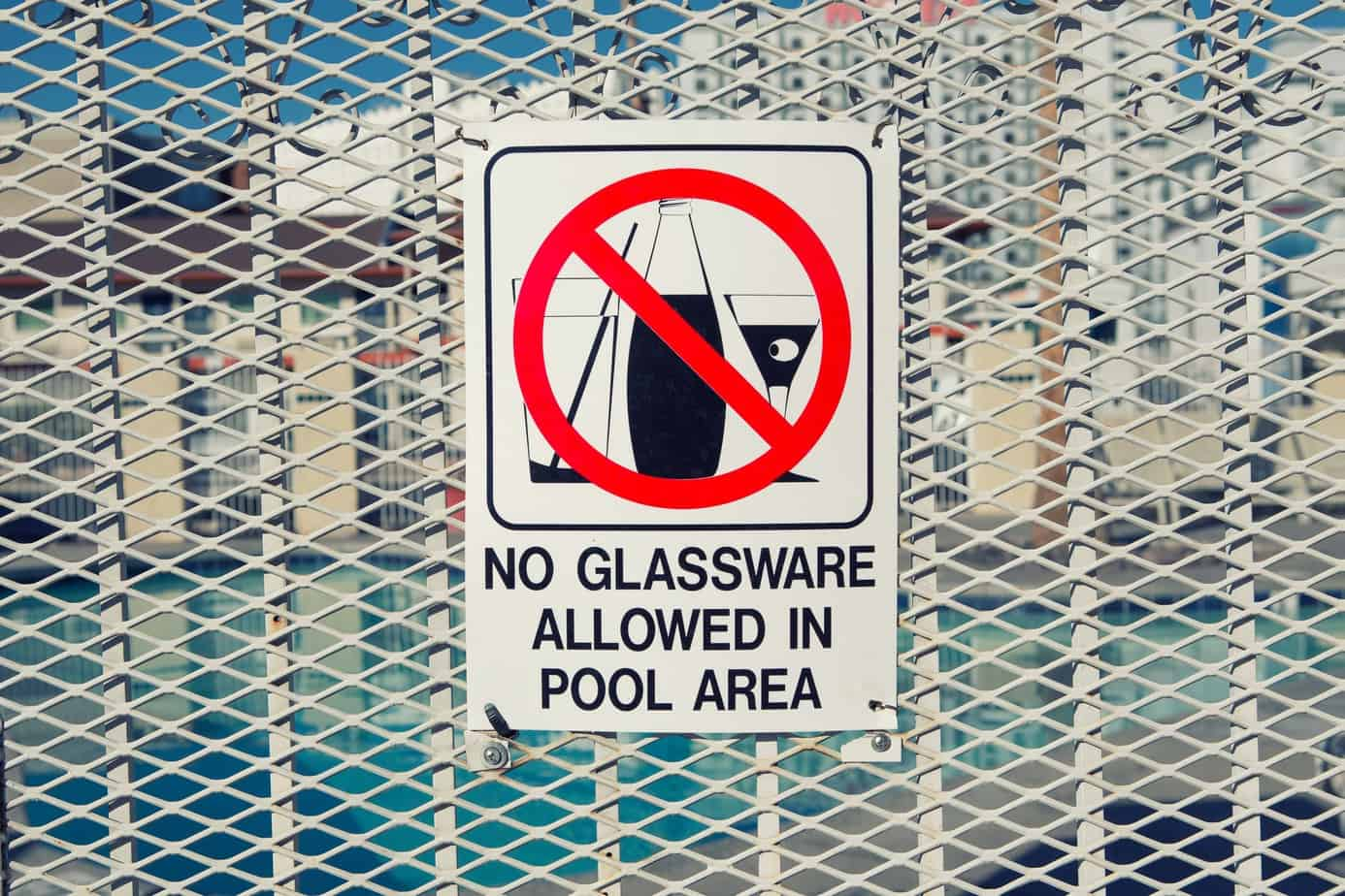 Sign that says No Glassware allowed in the pool area.